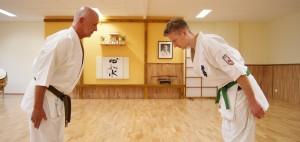 Hier zeigen zwei Schüler aus dem Dojo, wie Respekt gegenüber Älteren entgegenbracht wird, indem der jüngere Schüler den älteren Schüler korrekt abgrüßt.